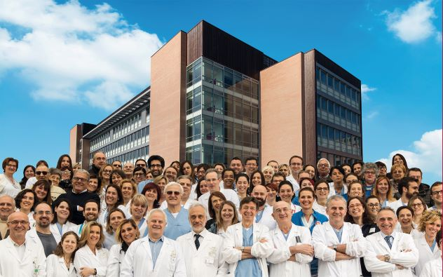 Hospital de Reggio Emilia con la gente que está parada enfrente