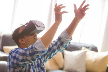 Persona con gafas de realidad virtual.