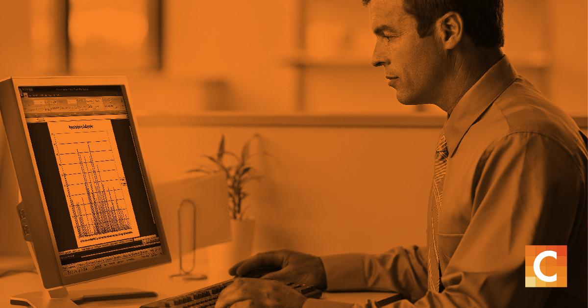 radiólogo mirando el gráfico de datos en la pantalla de la computadora