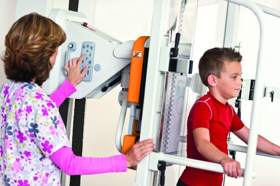 Enfermera examinando a un niño con el sistema DRX Evolution Plus