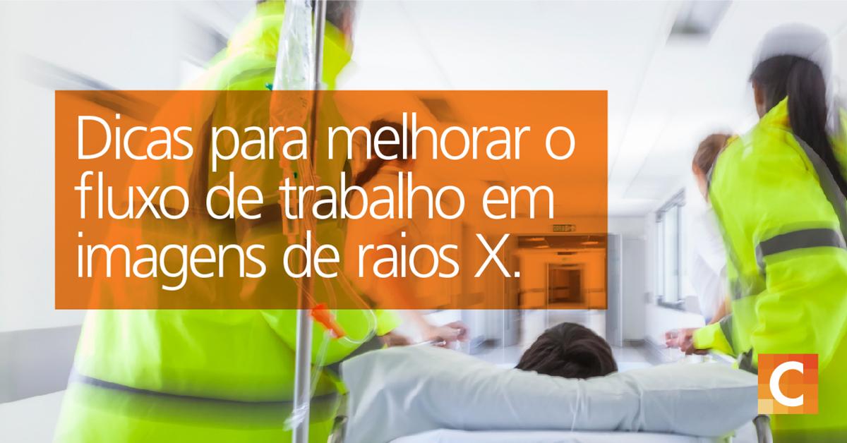 """EMS em jaquetas amarelas brilhantes, transportando o paciente na cama no hospital. Texto na caixa laranja no lado esquerdo """"Dicas para melhorar o fluxo de trabalho em imagens de raios-X"""""""