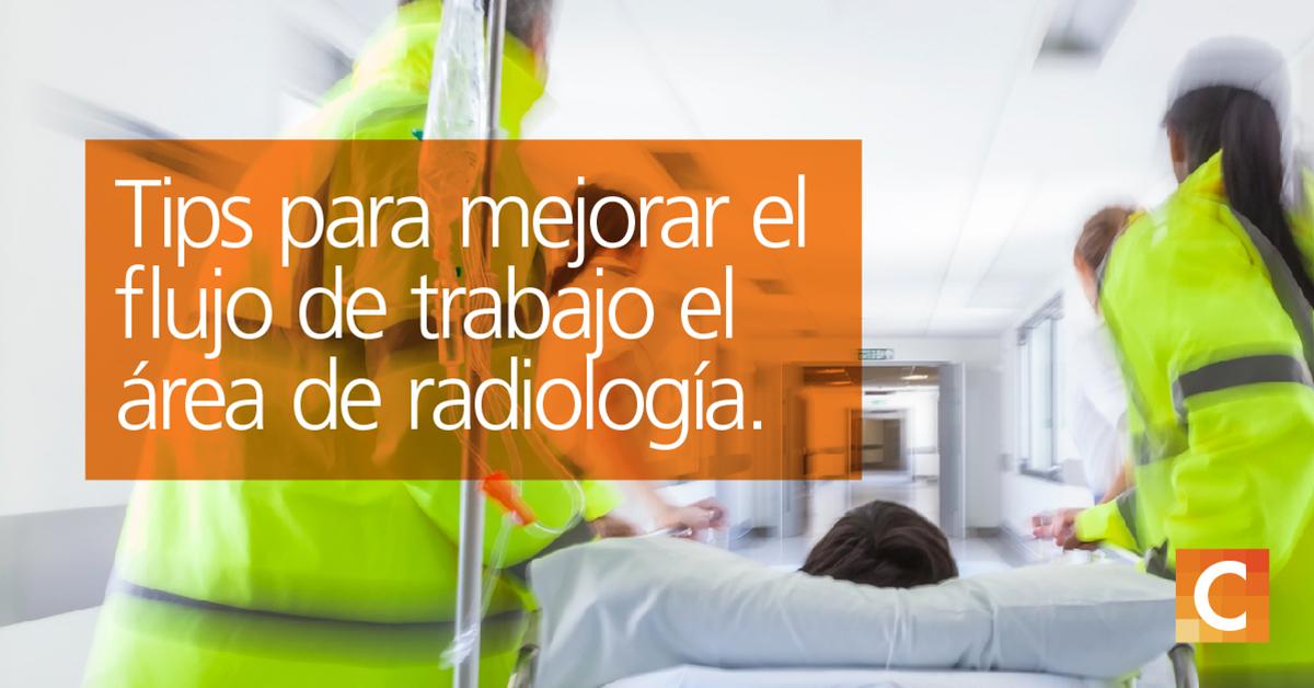 """Servicios médicos de emergencia en chaquetas amarillas brillantes que transportan al paciente en cama al hospital. Texto en el cuadro naranja en el lado izquierdo """"Tips para Mejorar el flujo de trabajo el área de radiología"""""""