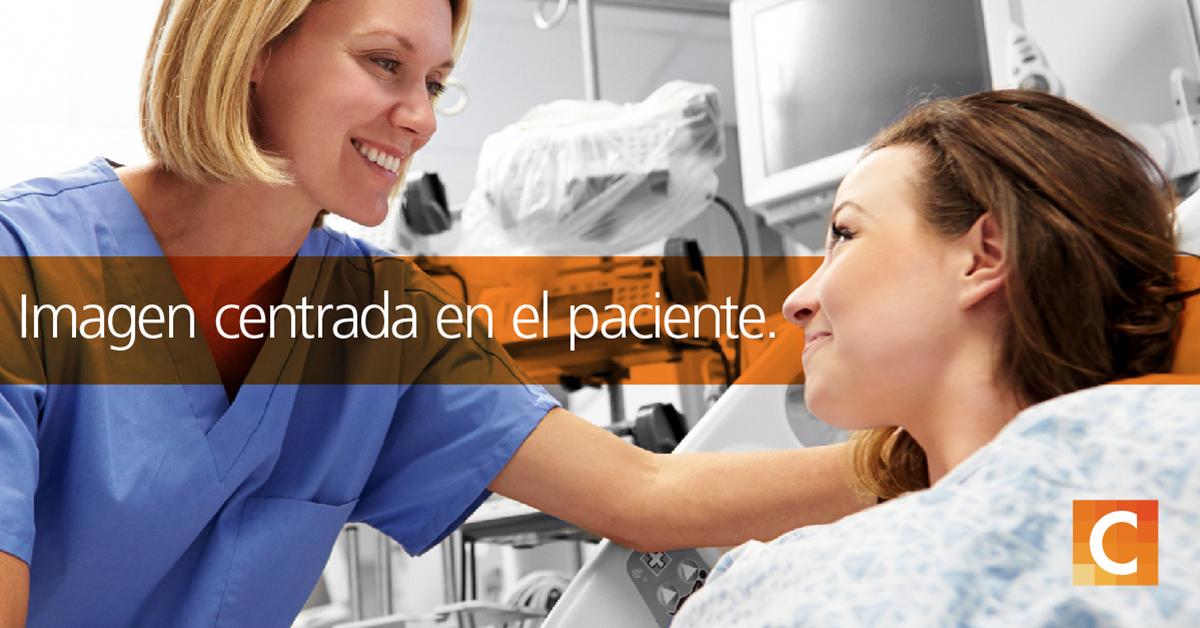 Enfermera mirando a la paciente