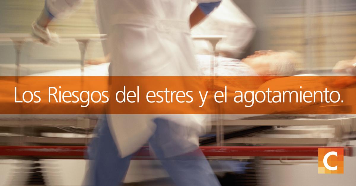 """enfermeras apresuran al paciente en la cama a una emergencia con una superposición de texto """"Los riesgos de estrés y agotamiento"""""""