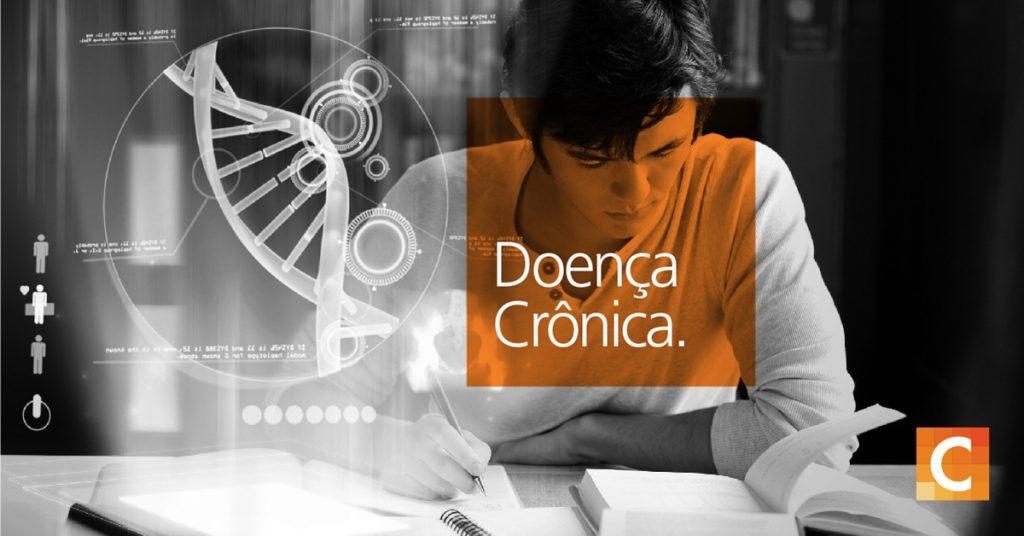 Aluno estudando. com caixa de texto laranja lendo doença crônica. Logotipo da Carestream no canto inferior direito.