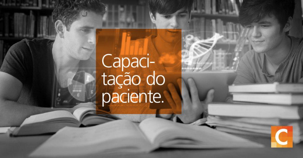 Três alunos estudando. Livro de texto laranja lendo capacitação do paciente. Logotipo da Carestream no canto inferior direito.