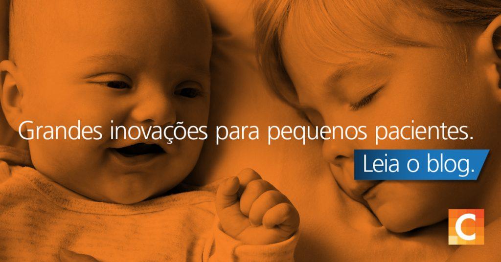 Foto de um bebê e uma criança deitada um ao lado do outro. Grandes inovações para pequenos pacientes escritas em cima. Logotipo da Carestream no canto inferior direito.